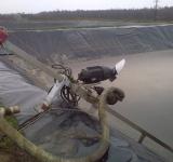 Стационарная электрическая мешалка и насос в лагуне